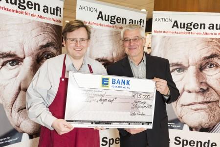 Volker Wiem, Geschäftsführer der EDEKA-Niemerszein-Märkte, überreichte stolz einen symbolischen Scheck mit der Endsumme der Weihnachtsaktion an den Vorstandsvorsitzenden der AWO Stiftung, Claus Gotha.