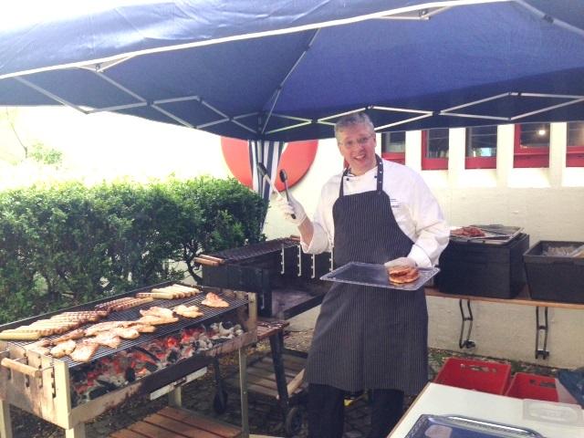 Der Cateringexperte von Beiersdorf betätigt sich hier als Grillspezialist.
